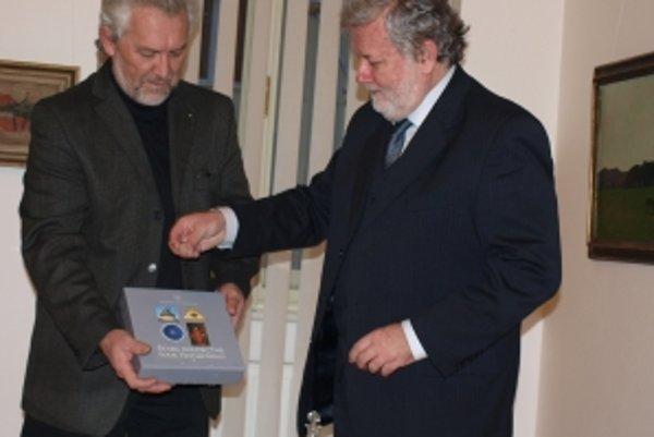 Knihu pokrstil spoločne s Mariánom Striežencom (vľavo) župan Pavol Sedláček (vpravo).