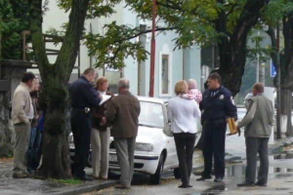 """Autám parkujúcim na chodníku dávajú mestskí policajti """"papuče""""."""