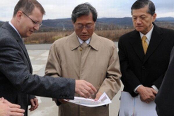 Riaditeľ taiwanskej spoločnosti Au Optronics Kuen Yao Lee (2. zľava) v spoločnosti primátora Trenčína Branislava Cellera pri prehliadke trenčianského priemyselného parku.