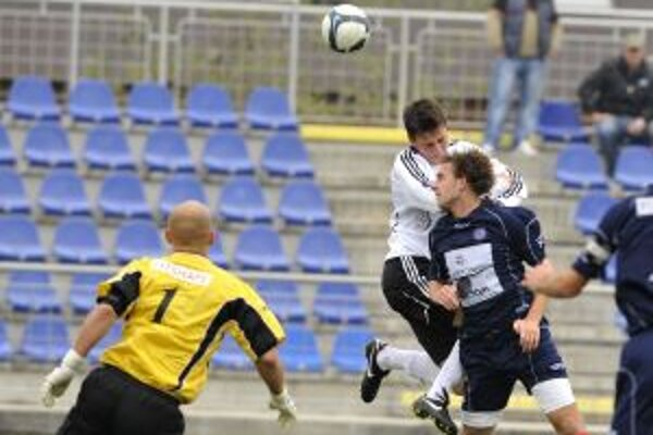 Brankár Trenčína Miloš Volešák (vľavo) sleduje hlavičkový súboj medzi Petržalčanom Filipom Kissom (uprostred) a Trenčanom Tomášom Bizubom (vpravo) počas osemfinále Slovenského pohára medzi FK Petržalka - AS Trenčín 20. októbra v Senci.