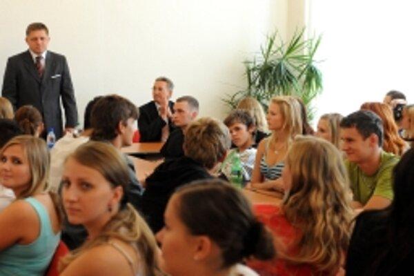 Predseda vlády SR Robert Fico (vľavo) na stretnutí a diskusii so študentmi 11. septembra na Gymnáziu Ľudovíta Štúra v Trenčíne