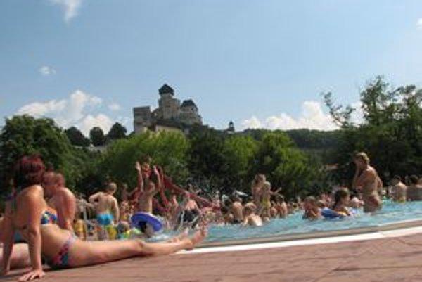 V teplých dňoch býva trenčianska plaváreň plná ľudí