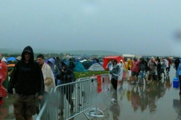 Ľudí, ktorí narýchlo odchádzali z trenčianskeho letiska, evakuovali autobusmi SAD Trenčín.