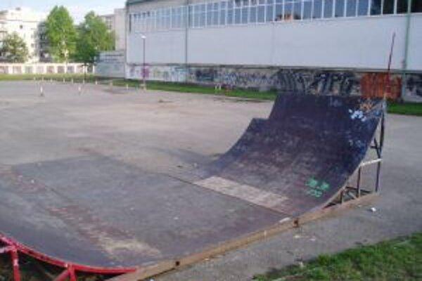 U-rampu pri demontáži skateparku museli rozrezať na štyri kusy
