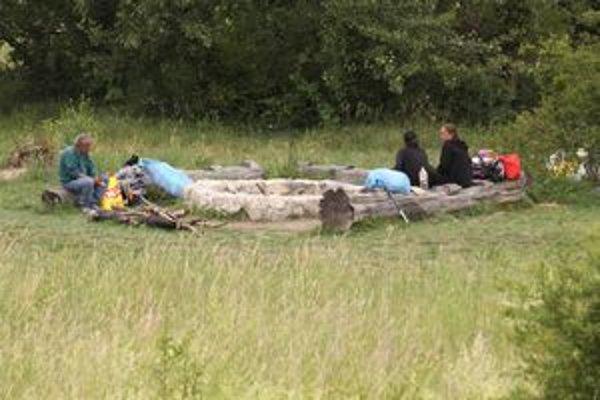 Bezdomovci z Trenčína sa presťahovali na druhú stranu Váhu k ohnisku.