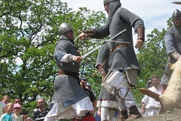Na Tematíne predviedli rytieri z Devína a Beckova historický šerm.