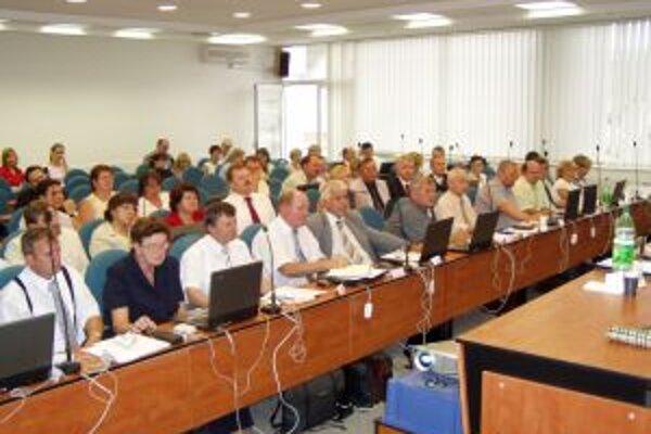 Poslanci Trenčianskeho samosprávneho kraja na zasadnutí zastupiteľstva