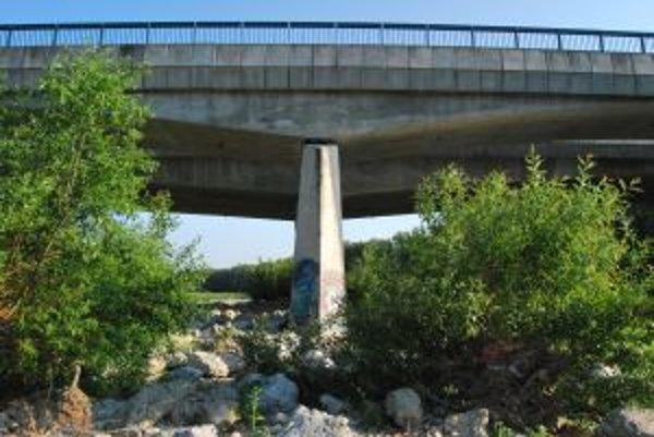 Mŕtvy muž ležal v tesnej blízkosti nosného piliera mostu nad Váhom