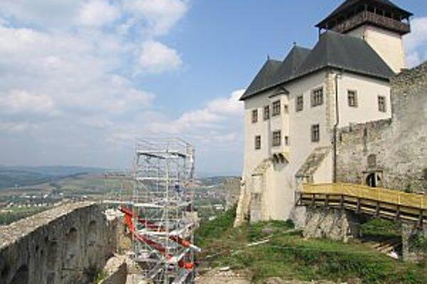 Tento rok planujú hrad odvodniť a začať rekonštruovať bývalé kasárne.