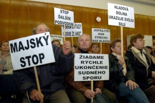 Ľudia s transparentami protestujú 27. novembra 2006 počas pojednávania na Okresnom súde v Trenčíne.