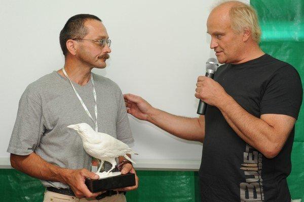 Prvú sošku Bielej vrany získali v roku 2008 občania Pezinka a sudca Krajského súdu v Banskej Bystrici Alexander Mojš. Sošku Bielej vrany udeľuje Aliancia Fair-play a združenie Via Iuris každoročne ľuďom, ktorí sa snažia meniť spoločnosť k lepšiemu. Prvé o