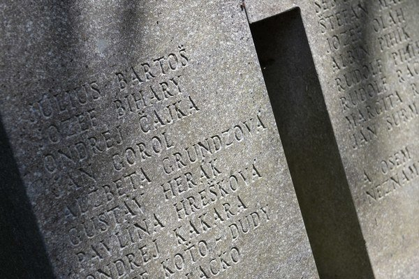 Pamätník s menami obetí rómskeho holokaustu v Dubnici nad Váhom.