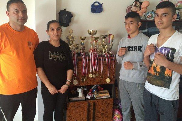 Patrik (vpravo), Mário, ich rodičia a trofeje.