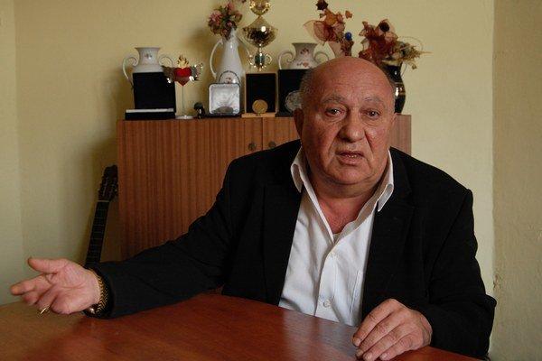 Riaditeľ a šéfdirigent Romathanu Karel Adam šíri rómsku kultúru a jazyk, ale chce riešiť aj predsudky v spoločnosti.