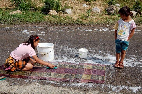 V osadách sa na likvidácii blata z kobercov podieľajú aj najmenší členovia rodiny.