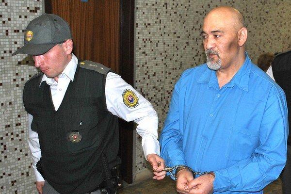 Mižigár na súde. Eskorta ho priviedla z výkonu trestu.
