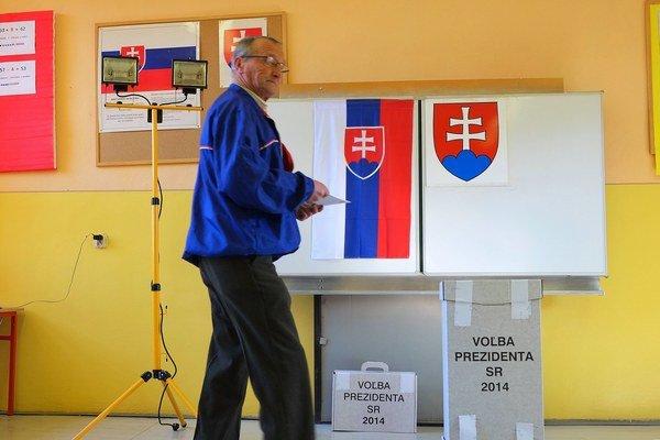 Vo Veľkej Lomnici zatiaľ prichádza dosť voličov.