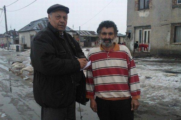 Jozef Gurguľ (vľavo) pracuje ako zdravotný asistent.