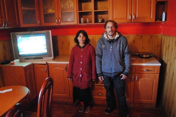 Manželia Bandyovci pred kuchynskou linkou, za ktorú zaplatili premrštenú cenu.