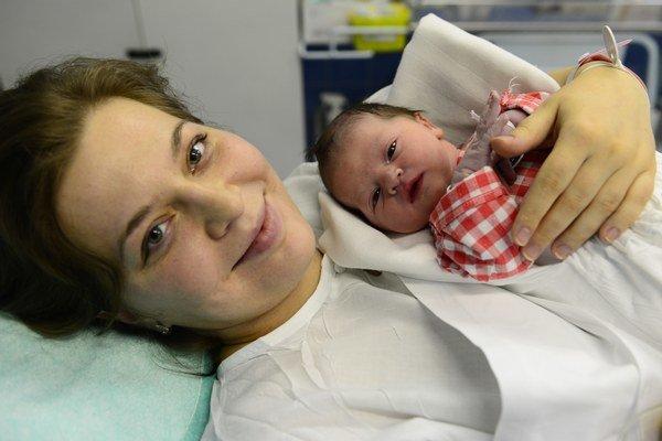 Na snímke z pôrodnej sály je mamička Miroslava Zlacká s dcérkou Dorotou.