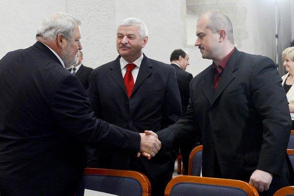 Marian Kotleba s trnavským županom Tiborom Mikušom (v strede) a podnikateľom Vladimírom Sotákom.