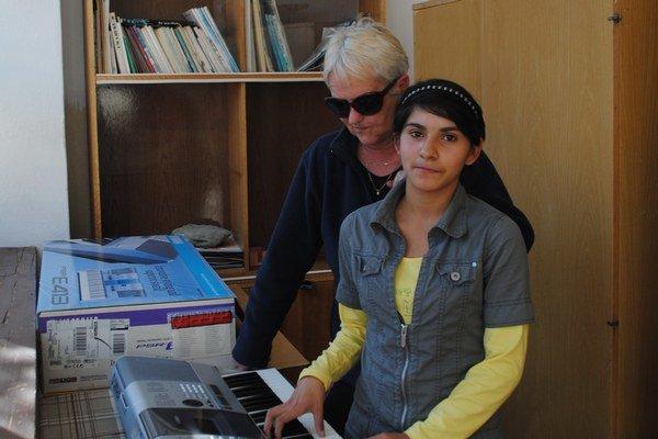 Eva na snímke s gelnickou učiteľkou M. Najvirtovou pri vytúženom klavíri.