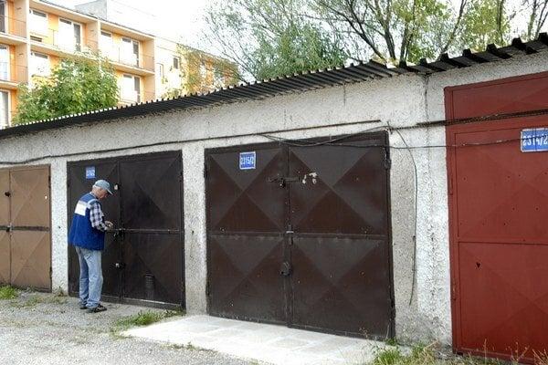 Mikovíniho. Jeden z majiteľov vidí riešenie v tom, aby drôty neboli vonku, ale  vnútri garáží. To by ale stálo kopu peňazí.
