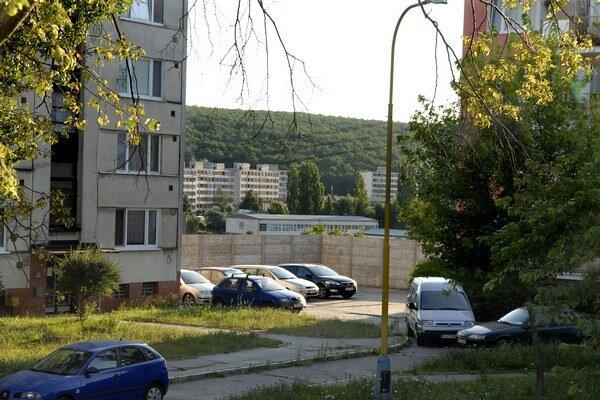Oplotené parkovisko. Mesto hovorí o čiernej stavbe. Mestská časť to odmieta.