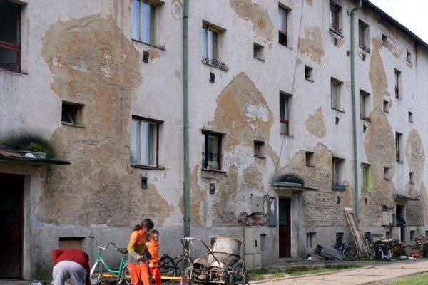 Stav troch bytoviek z 50-tych rokov, kde Rómovia bývajú, sa rapídne zhoršuje.