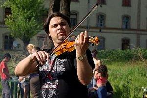 """Dr. Lajos Bangó, maďarský rómsky hudobník a právnik. Zúžený trh klasickej maďarskej cigánskej hudby nezabezpečuje stály príjem ani pre """"veľké"""" hudobnícke rodiny, preto sa mnohí mladí ľudia zaujímajú aj o iné povolania. Lajos Bangó popri hudobnej činno"""