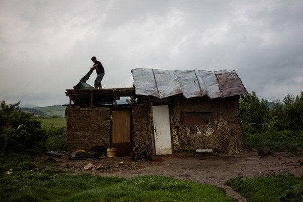 Rómovia z osady Kostoľany žijú v chatrčiach