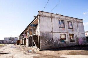 Nový nacionalizmus: Športové múry zmenili symboly segregácieBytovka v osade Angi mlyn v Michalovciach pred maľovaním.