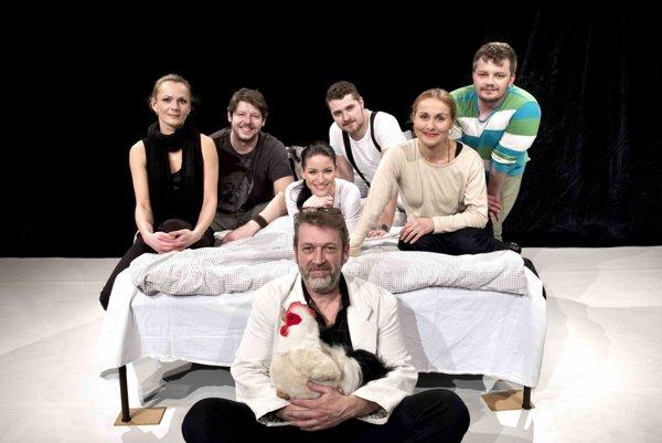 Zostava účinkujúcich s režisérom hry Michalom Ďurišom v popredí.