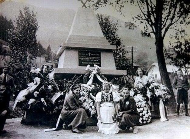 V Dolnom Harmanci odhalili aj pamätník robotníkom, ktorí prišli na stavbe o život.