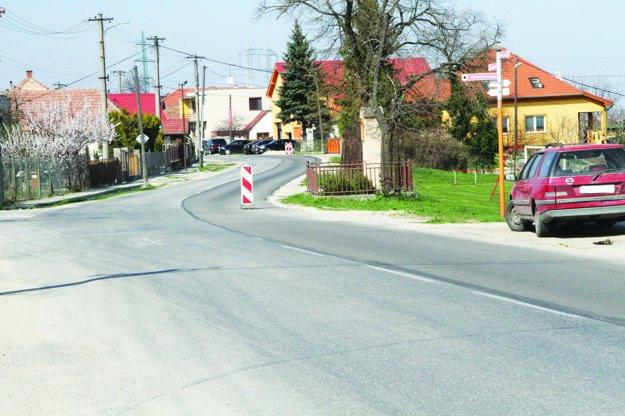 Cesta prechádzajúca centrom mestskej časti má už nový asfalt.
