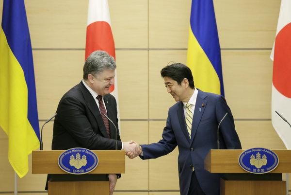 Petro Porošenko a Šinzó Abe.