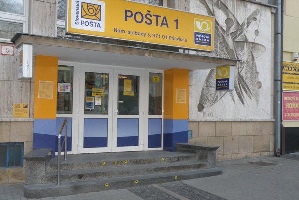 Do budovy pošty v centre Prievidze vedú škody, pre mamičky s kočíkmi sú prekážkou.