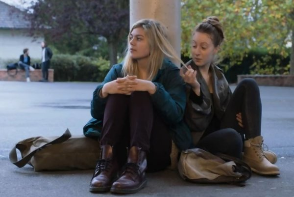 Dospievanie v Rodinke Bélier. Šestnásťročná Paula (vľavo) je jediná, kto má v rodine sluch.