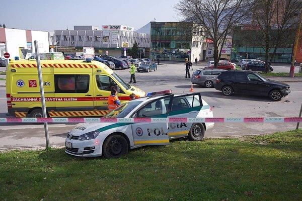 Policajné auto skončilo na trávniku.