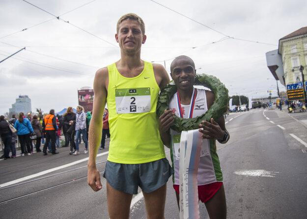 Vpravo víťaz Joel Maina Mwangi z Kene a druhý v cieli László Gregor z Maďarska. TASR