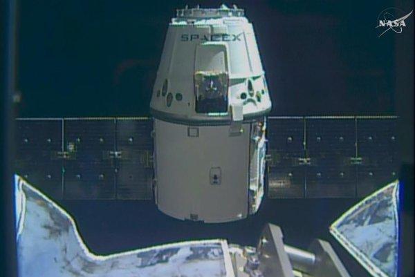 Nákladná loď Dragon pristáva na ISS.
