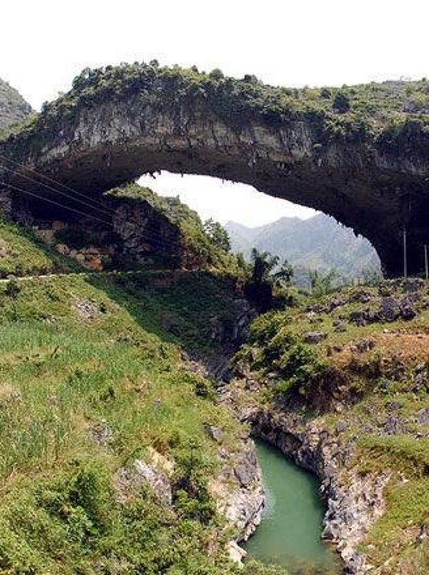 Jeden z najdlhších prírodných mostov sa volá Nesmrteľný most.