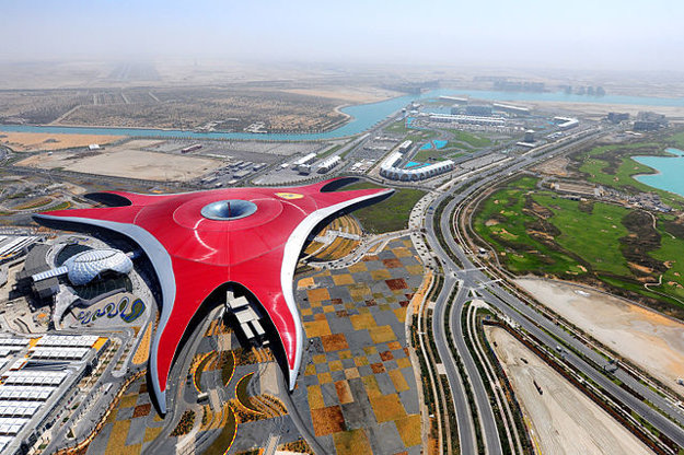 Ferrari World je najväčší krytý zábavný park.