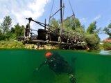 Pre najväčší, šesťmetrový kus z nájdeného dubového člna bolo treba na mieru zostrojiť konštrukciu, v ktorej ju pomocou žeriavu potápači vydvihli z vody.