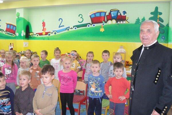 Baníci prišli medzi škôlkarov v slávnostných uniformách.
