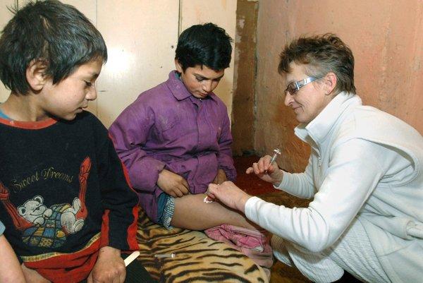 Očkovanie detí proti žltačke v rómskej osade.
