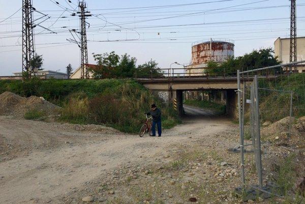 Pod Čiernym mostekom je čulá premávka napriek zákazu.
