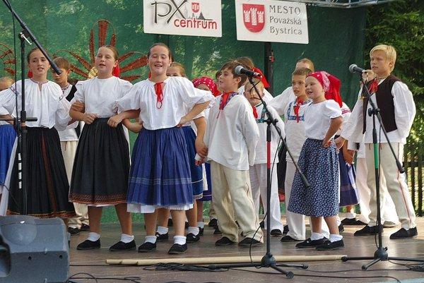 Mladosť na vystúpení tento rok počas folklórnych slávností v Praznove.