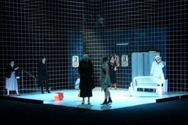 Scéna z divadelnej hry Mikve v podaní Národného divadla Praha.