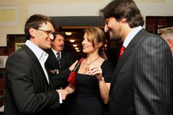 Dramatikovi Marekovi Maďaričovi (vľavo) zablahoželali stranícki kolegovia Kaliňák a Paška.